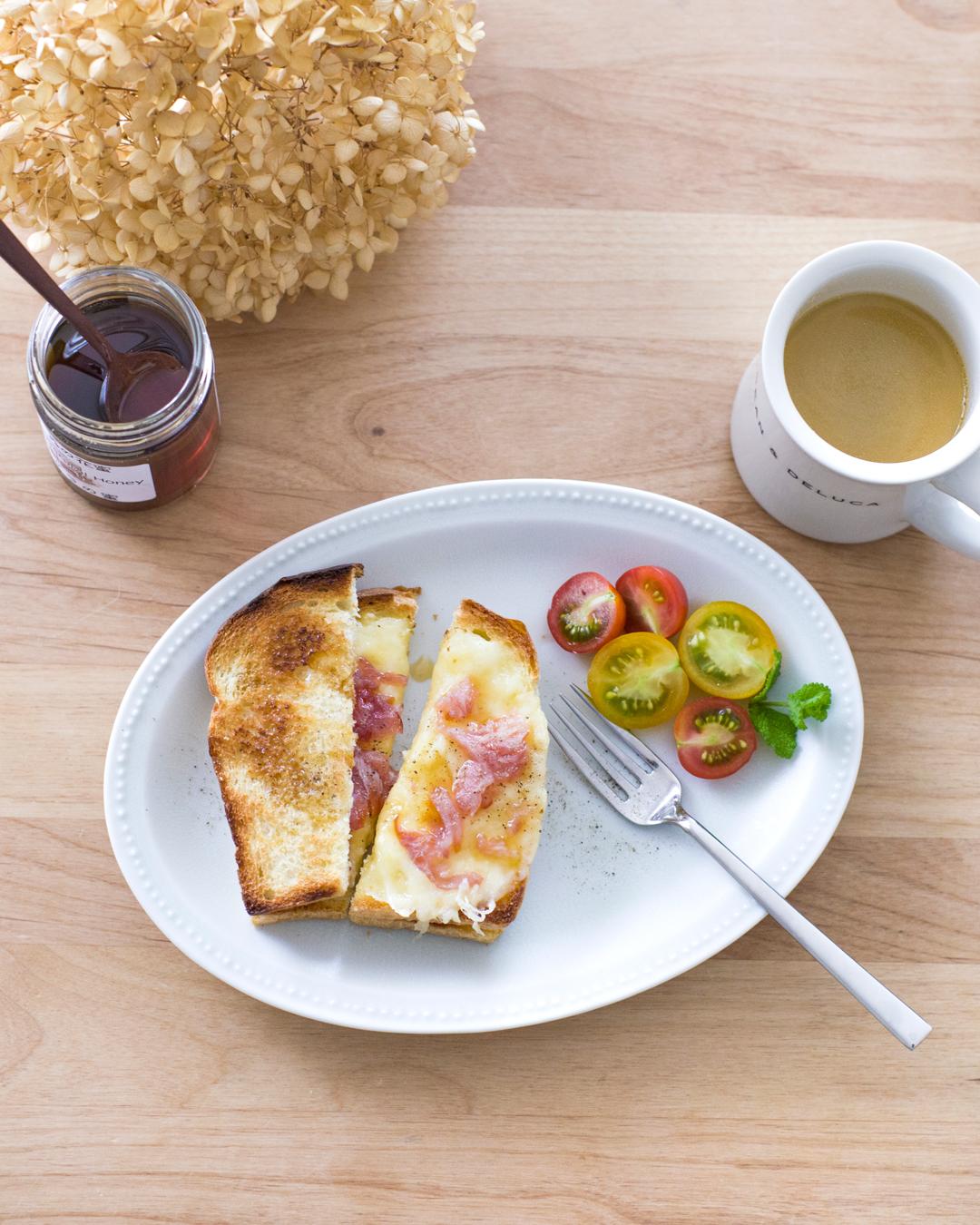 『チーズと生ハムのサンドイッチ+アサグラ蜂蜜』