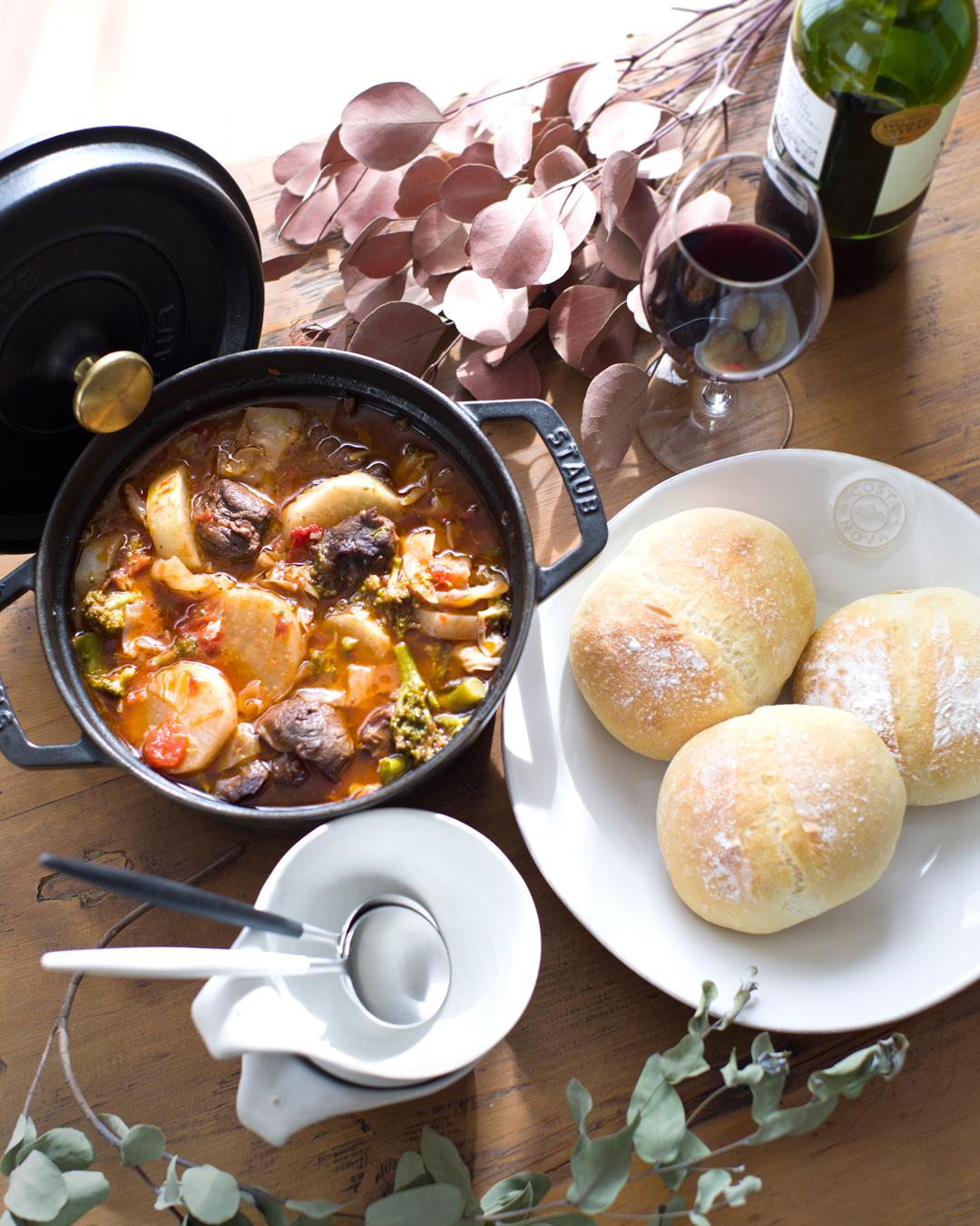 天然酵母パンと牛スネ肉のトマトスープ