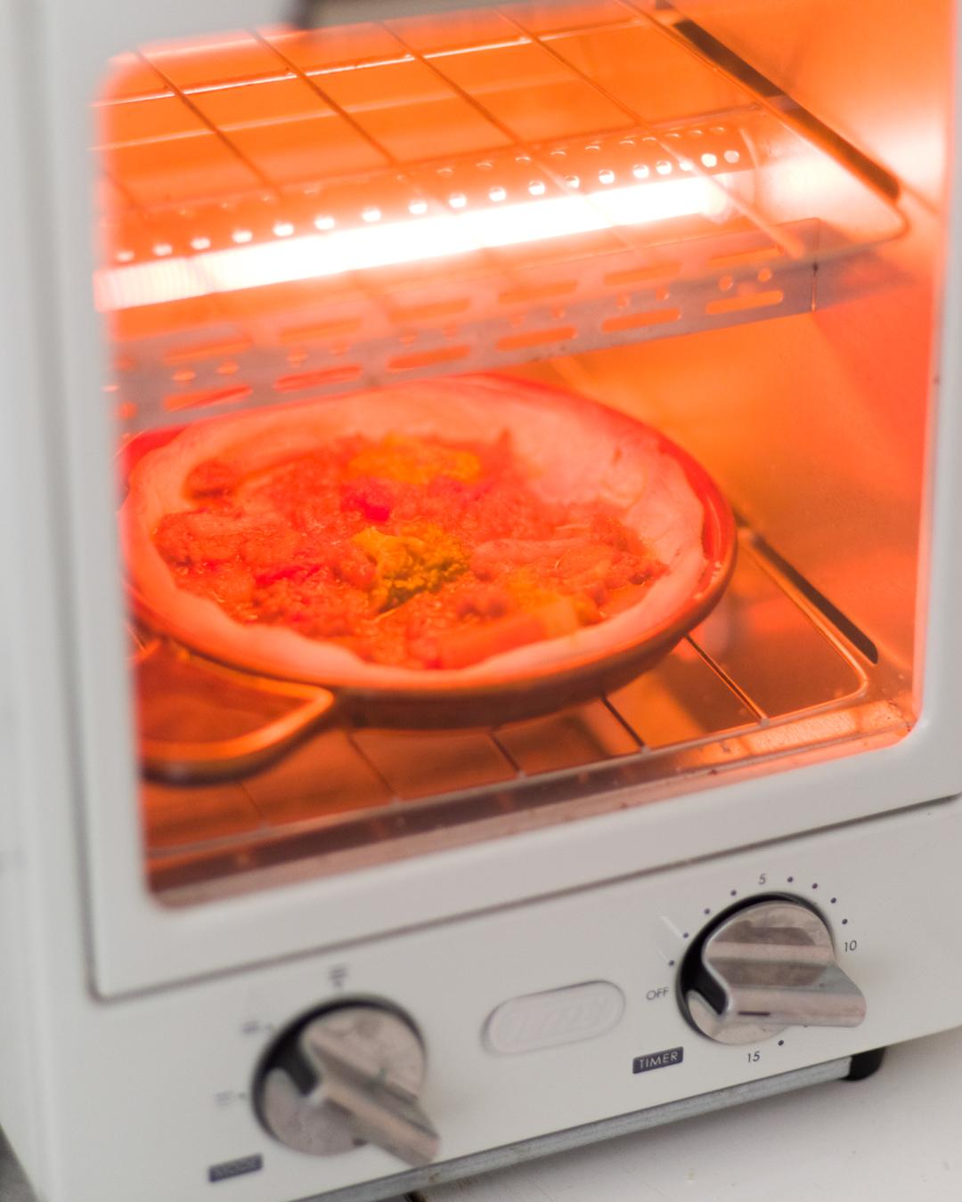 ピザ生地をのせてトースター