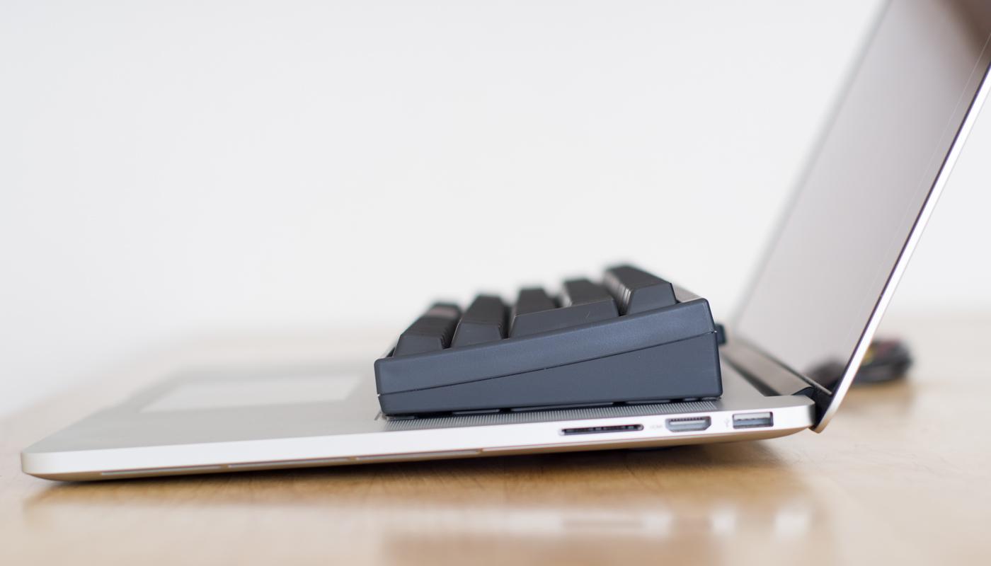 問題点:HHKBとMacbook本体のキーが接触する