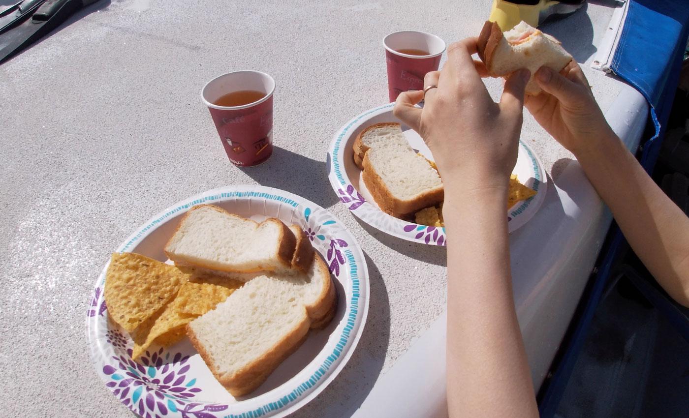 食パンとチップスの軽食
